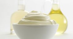 INGREDIENTES: – 1 taza de aceite de coco derretido – 3 CDAS de aceite de oliva – cúrcuma (opcional) – sal (opcional) PASOS:  1. Derretir el aceite de coco. 2. En una bowlpequeño poner el aceite de coco derretido, el aceite de oliva, la sal y la cúrcuma (si las utiliza). En unbowlmás grande poner agua fría con hielo. Poner el bowlpequeño en elmás grande para que quede sumergido en el agua con hielo. 3. Revolver la mezcla de los aceites con una cuchara. Cuando empieza a solidificarse…