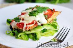 Chutné kuracie prsia na parmezáne s cuketovými rezancami. Vyskúšajte ich na obed či večeru. Ingrediencie (na 4 porcie): 500g kuracích pŕs 150g celozrnnej strúhanky 100g strúhaného parmezánu 1 vajce 1/2 ČL morskej soli 1/2 ČL mletého čierneho korenia 200g paradajkového pretlaku 7 PL vody 2 paradajky 50g strúhanej mozzarelly 1/2 ČL morskej soli bazalka 2 […]