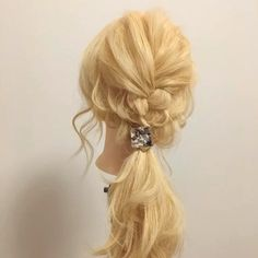 【逆リンパで作るこなれポニーテールアレンジ♪動画&解説(ロング編)】 (ゴム3つ) ヘアアクセ: @anemone_official 1、表面の髪を三つ編みして途中でゴムでまとめます。 2、1と一緒に後ろの髪を下目で1つにまとめます。 3、横の髪を2の上でゴムでまとめて、逆リンパを2回します。 4、2と3を1つにまとめて、ヘアアクセを付ければ完成♪ 表面を三つ編みする事で、ペタッとなりがちなトップに立体感を♪ 逆リンパはボリュームとラフな動きが出るので、毛量が少ない方や猫っ毛の方に特にオススメ^ - ^ #秋#ポニーテール #アネモネ #anemone #お洒落 #お洒落さんと繋がりたい #アレンジ #アレンジヘア #簡単アレンジ #セルフアレンジ #ヘアアレンジ #ヘアセット #くるりんぱ #ヘアアレンジ解説 #アレンジ解説 #ヘアアレンジ動画 #アレンジ動画 #簡単 #やり方 #愛媛 #愛媛県松山市 #松山 #松山市 #松山市美容室 #松山市ヘアアレンジ #ロカリヘアアレンジ #mery_hair_arrange #MERY #ミズノ流アレンジ