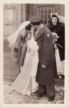 Wedding dresses vintage pictures ideas for 2019 Vintage Abbildungen, Vintage Kiss, Vintage Couples, Vintage Wedding Photos, Vintage Romance, Vintage Bridal, Vintage Pictures, Vintage Dresses, Vintage Weddings
