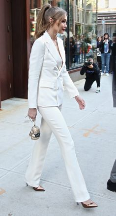 Estilo Gigi Hadid, Bella Hadid Style, Black Girl Fashion, High Fashion, Fashion Pants, Fashion Outfits, Gigi Hadid Outfits, Blazers, White Suits