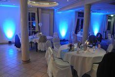 Saal mit blauer Ambiente-Beleuchtung