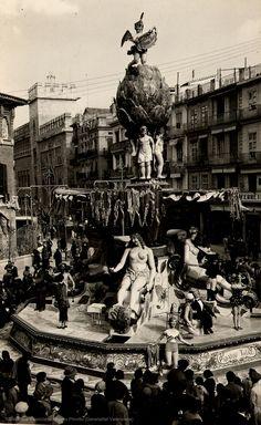 Falla representando la Fuente de Alcachofa en la plaza Mercado, 1931