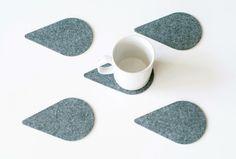 Legen Sie Untersetzer Regentropfen. Filz eignet sich für den Schutz Ihrer Tabelle. Erhältlich zur Auswahl: Satz von 4 Untersetzer. Set von 6 Untersetzer. Satz von 8 Achterbahnen. ✔ Material: Polyester Filz ✔ Größe: 3,5 x 5,5 cm (9cm X14) ✔ Andere Farbe: -Grau -Schwarz Pflege: Spot mit feuchten seifigen Schwamm reinigen oder trocken reinigen. -------------------------------------------- ✔ Mehr Bierdeckel-https://www.etsy.com/shop/WoollyClouds?section_id=16516858 -----------------------...