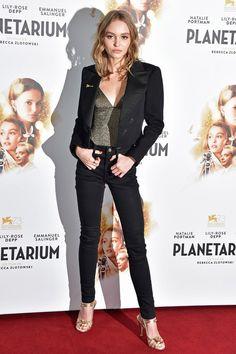 Лили-Роуз Депп в жакете и туфлях Chanel на премьере «Планетариума» в Париже