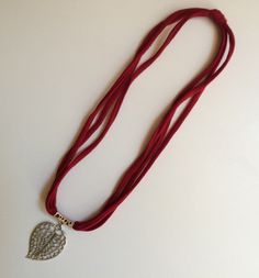 Collar tela roja con colgante hoja de Elbauldelaschuladas en Etsy https://www.etsy.com/es/listing/453262846/collar-tela-roja-con-colgante-hoja