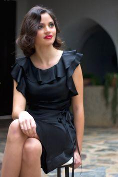 Vestido negro con volante en escote y mangas