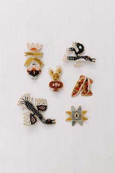 Les bijoux tissés-enchâssés de Madison Holler - Plumetis Magazine Seed Bead Earrings, Beaded Earrings, Beaded Jewelry, Bead Embroidery Jewelry, Beaded Embroidery, Bijoux Design, Jewelry Design, Art Perle, Art And Hobby