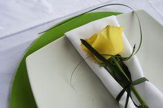 Servilletero con rosa amarilla. Plastic Cutting Board, Tableware, Yellow Roses, Napkin Holders, Centerpieces, Stamps, Weddings, Dinnerware, Tablewares