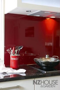 love glass splash backs ... this looks spectacular and easier to clean than tiles