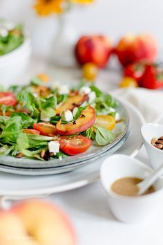 Alles und Anderes: Frischer Sommersalat mit gebratenen Pfirsichen und Balsamico-Joghurt-Dressing
