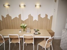 Parquet mur scandinave Kitchen Dining, Dining Table, Patio Wall, Studio Lighting, Restaurant Bar, Industrial Style, Wall Design, Coffee Shop, Living Room