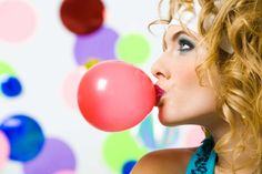 Chewing gum is not what you think! Sadly, chewing gum is not the equivalent of brushing teeth, but is it even good for you to begin with? Cara Fresca, Blowing Bubble Gum, Weight Loss Tips, Lose Weight, Happiness Blog, 5 Ml, Chewing Gum, Health Fitness, Workout