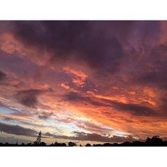【hirokosabu】さんのInstagramをピンしています。 《今朝の空は凄かったよ。途中雨が降ってきたけど。 6.Oct #朝焼け#合成ではない#見とれてしまった#雲#雨#朝#早朝#赤#青空#青#海#オレンジ#空#春#sun#orange#bluesky#sky#sunny#sunrise#dawn#dark#morning#view#clouds#cloud#cloudy#weather#likes#spring》