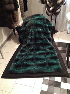 Coperta di Chinchillà Verde smeraldo foderata con 100% Cashmere.