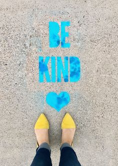 Learn how to make DIY Stencil Spray Chalk Sidewalk Messages. Leave fun messages on the sidewalk with spray chalk and customized stencils! Custom Stencils, Stencil Diy, Chalk Art Quotes, Spray Chalk, Graffiti Kunst, Chalk Design, Sidewalk Chalk Art, Chalk Drawings, Mural Art