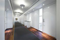 Flyt ind i disse fuldt indflytningsklare kontorer med kabling, serverrum, fiber installeret. 200-500m2 kontorer i eksklusiv og professionel kontorbygning på Lyngbyvej, Østerbro. Det store velkendte og centralt beliggende glaskompleks med mørke trægulve, elegante trapper, loungen, den repræsentative reception samt kunsten på væggene er de indbydende rammer, man bliver mødt med ved et besøg.  Her er linket…