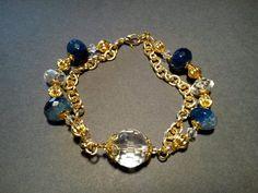 Bracciale con agata azzurra e cristallo di rocca, montato con catena e componenti in metallo coloro oro. Realizzazione artigianale.