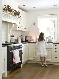 Binnenkijken in een winterroze kersthuis - woonstijl.nl Cosy Kitchen, Happy Kitchen, Gray Interior, Interior Design, Cocinas Kitchen, Tiny House Movement, Christmas Kitchen, Small Room Bedroom, Hygge