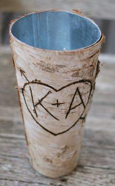 Willkommen bei Morgann Hill Designs!  1) Beschreibung des Elements Zu verkaufen ist eine absolut schöne Maßarbeit zu Bestellung rustikal schicke Vase! Personalisiert mit jeder zwei Initialen, Sie möchten in ein Herz mit Pfeil. Die erstaunlichsten Brautdusche, Engagement oder Hochzeitsgeschenk--so einzigartig & einfach so verdammt hübsch!  2) Größe & Details Vase-Maßnahmen 9 hoch, misst Öffnung 4-3/4 Breite & base 2-3/4 breit. Innerhalb der Vase ist Zinn Vase wasserdicht ist.  3) Menge Wir…