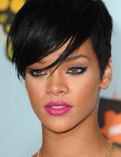 O batom pink e o delineador gatinho deixaram a Rihanna com um make de boneca!