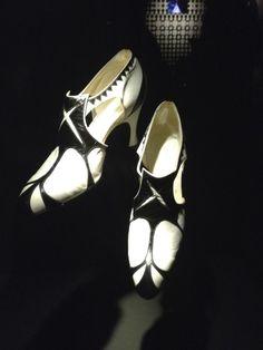 Chaussures bicolores 20's à l'exposition Dries Van Noten