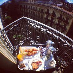 Breakfast in Barcelona. Zumo, mermeladas, pa amb tomaquet y jamón, más un buen café con leche...