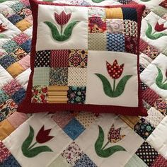 """Képtalálat a következőre: """"tutorial travel pillows tamanhos"""" Quilt patchwork with applications of tulips. Image is for the tutorial to make a travel pillow. Log cabin style quilt block with colour on 1 side and white Tuscany Villa Quilted Mug Rugs Patchwork Cushion, Quilted Pillow, Patchwork Quilting, Patchwork Ideas, Patch Quilt, Applique Quilts, Mini Quilts, Baby Quilts, Quilting Projects"""
