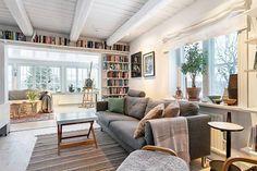 #北歐建築歷史 1800-talet 這型態的房屋,是盛行於19世紀下半葉的瑞典建築,初期由於戰爭造成的資源匱乏問題,建築本身以簡樸為主 獨棟式木建築,戶外多以灰色,黃色或淺綠色來粉刷,室內則維持純白或淺綠色的大地色系,隨著工業化程度漸高,可取得的鋼材增加,在設計上受到新洛可可、新文藝復興風格和哥特式風格影響,宛如哥特式晚期的城堡,變成多戶可共住的集合式住宅。 via Cecilia Öhrn
