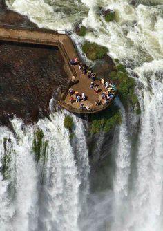 Les chutes d'Iguazú (en espagnol : cataratas del Iguazú), ou chutes d'Iguaçu (en portugais : cataratas do Iguaçu), ou encore chutes d'Iguassu, sont une merveille naturelle inscrite au patrimoine mondial par l'UNESCO en 1984. On l'appelle la Garganta del Diablo en espagnol ou Garganta do Diabo en portugais (« gorge du Diable »).