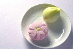 Sweetest Easter chick and blossom! Japanese Food Art, Japanese Cake, Japanese Sweets, Japanese Wagashi, Candy Art, Beautiful Desserts, Incredible Edibles, Culinary Arts, Sweet Desserts