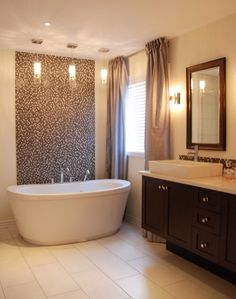 Loose standing bath with mosaic wall