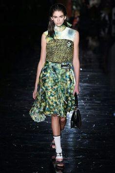 Prada -  Elle Spain OI 2018/2019 Superposiciones Contraste de colores. Verde Punto y gasa Prada, Lace Skirt, London, Skirts, Collections, Dresses, Fashion, Fall Winter, Walkways