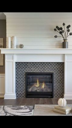 40 Awesome Fireplace Makeover For Farmhouse Home Decor - Kamin Modern Fireplace Tile Surround, Fireplace Update, Farmhouse Fireplace, Home Fireplace, Fireplace Remodel, Farmhouse Homes, Living Room With Fireplace, Fireplace Surrounds, Fireplace Design