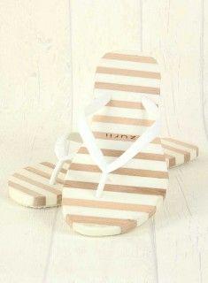 Dianette Woodies deLuxe White. Flip Flops mit echtem Holz und trotzdem genial flexibel und bequem - new Summer Love!! #flipflop #uzurii #newlabel