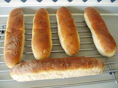 """Seitdem ich mit den Kindern bei """"Subway"""" zum Sandwich-Essen war, wünschen sie sich, dass ich ihnen so ein Brot backe. Das folgende Rezept habe ich mit folgenden Abweichungen gebacken: Ohne Dekoration, nur 40 Gramm Zucker und 18 Gramm Salz. Sohn No. 1 und Sohn No. 2 haben das Brot verschlungen Sandwichbrot Subway-Style Menge: 5 Sandwichbrote à 250 g Super fluffige Sandwic ..."""