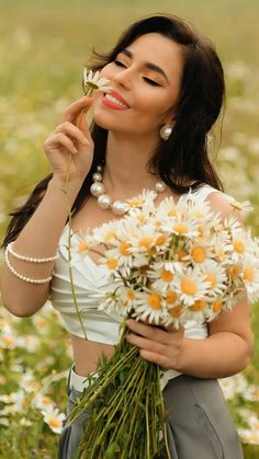 Flower Girl Photos, Girls With Flowers, Pink Flowers, Girls Show, Pin Up Girls, Pretty Hairstyles, Wig Hairstyles, Samantha Pics, Daisy