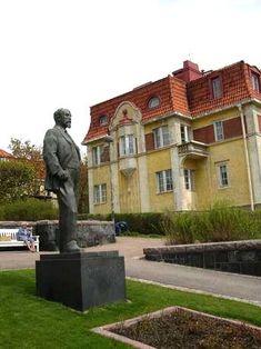Juhani Ahon patsas, Engelin aukio, Eira, Helsinki - Engelinaukio ja Juhani Ahon puisto, Pinta-ala 1 153 m2, Sunnittelija kaupunginpuutarhuri Svante Olsson