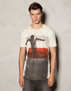 Discover the most comfortable T-shirts for Spring/Summer 2017 at PULL&BEAR. Polo shirts, tank tops and V- neck or oversized T-shirts for men. Graphic Tee Shirts, Printed Shirts, Cool Tees, Cool T Shirts, Pull N Bear, Shirt Style, Menswear, My Style, Mens Tops