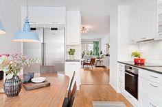 Välkommen till en fantastisk lägenhet om 4 rum och kök i Enskededalen. En pärla för de som önskar gott om plats för familjen. Tre bra sovrum och ett stort vardagsrum. Separat kök med plats för matgrupp. Härlig uteplats med eftermiddag och kvällssol som rymmer både sittgrupp och matplats samt grill såklart. Badrum med tvättmaskin och torktumlare samt en gäst wc. Närhet till både kommunikationer och till Nackar...