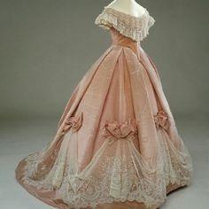 Historical fashion and costume design. Vintage Gowns, Vintage Outfits, Vintage Fashion, Victorian Dresses, 1800s Fashion, Vintage Clothing, Victorian Era Fashion, Victorian Clothing Women, Fashion Fashion