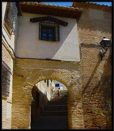 Sepharad - Jewish Quarter, PUERTA ABIERTA (Barrio Judio) One of the gates to the Old Jewry. Toledo. Hablamos de la juderia y su arqueologia el proximo martes, 16 de junio.  Más en: http://museosefardi.mcu.es/Actividades/aJuderia.html