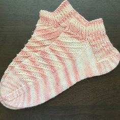 Ravelry: Strawberry Sparkle Shortie Socks pattern by Madilyn Mendoza Crochet Gloves, Knitted Slippers, Knit Mittens, Crochet Slippers, Knit Or Crochet, Knitting Socks, Hand Knitting, Knit Socks, Cozy Socks