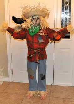 Scarecrow Costume and Halloween Decorations Toddler Scarecrow Costume, Carnaval Costume, Diy Halloween, Scarecrow Halloween Makeup, Halloween Costumes Scarecrow, Halloween Scarecrow, Last Minute Halloween Costumes, Halloween Costume Contest, Halloween Decorations