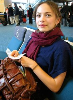 Kate waiting to board Canadian Actresses, Female Actresses, Kristin Kreuk Smallville, Most Beautiful Women, Beautiful People, Catherine Chandler, Kristen Kreuk, Lana Lang, Elfa