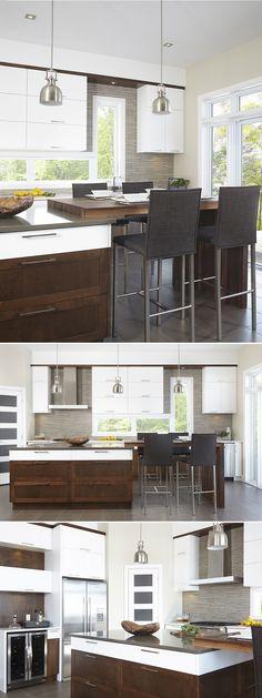 Armoires de cuisine contemporaine en MDF laqué blanc pur, comptoir en quartz. Somptueuses et contemporaines, les armoires de cette cuisine sont en merisier laqué blanc et en merisier teint. Le bas des armoires est plus foncé, différencié du haut, plus pâle, mais un rappel de la couleur opposée se présente dans les deux zones. Les comptoirs de cette cuisine sont en quartz; un agencement de deux tons est assuré par celui de la coquille d'œuf, pour ceux adossés à un mur, et le ton de style…