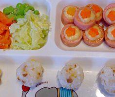 ばぁばのお家で療養中(?)まだまだ思ったようには食べてくれません(^_^;) - 39件のもぐもぐ - 魚肉ソーセージソテー/サラダ/おにぎり by denpashock