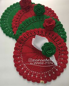 Hoje quem viaja pra casa é esse Conjunto de Sousplat com Porta Guardanapo nas cores do Natal🎄 Esses foram escolha da cliente Sandra… häkeln häkeln Free Crochet Doily Patterns, Crochet Placemats, Crochet Motif, Crochet Designs, Knit Crochet, Crochet Dollies, Cotton Crochet, Cute Crochet, Crochet Flowers