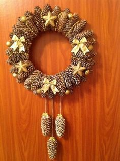 Adventní věnec nemusí být jen z jehličí. Podívejte se, na trošku jiné adventní věnce které vám mohou vydržet déle než jednu zimu! Pine Cone Christmas Decorations, Christmas Pine Cones, Pinecone Ornaments, Holiday Wreaths, Pine Cone Art, Pine Cone Crafts, Wreath Crafts, Advent Wreath, Wreath Ideas