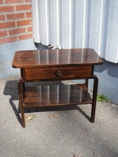Hyväkuntoinen funkkis -radiopöytä, jotain käytön jälkiä näkyy.  Leveys 70 x 35 cm, korkeus 60 cm. 95 euroa.